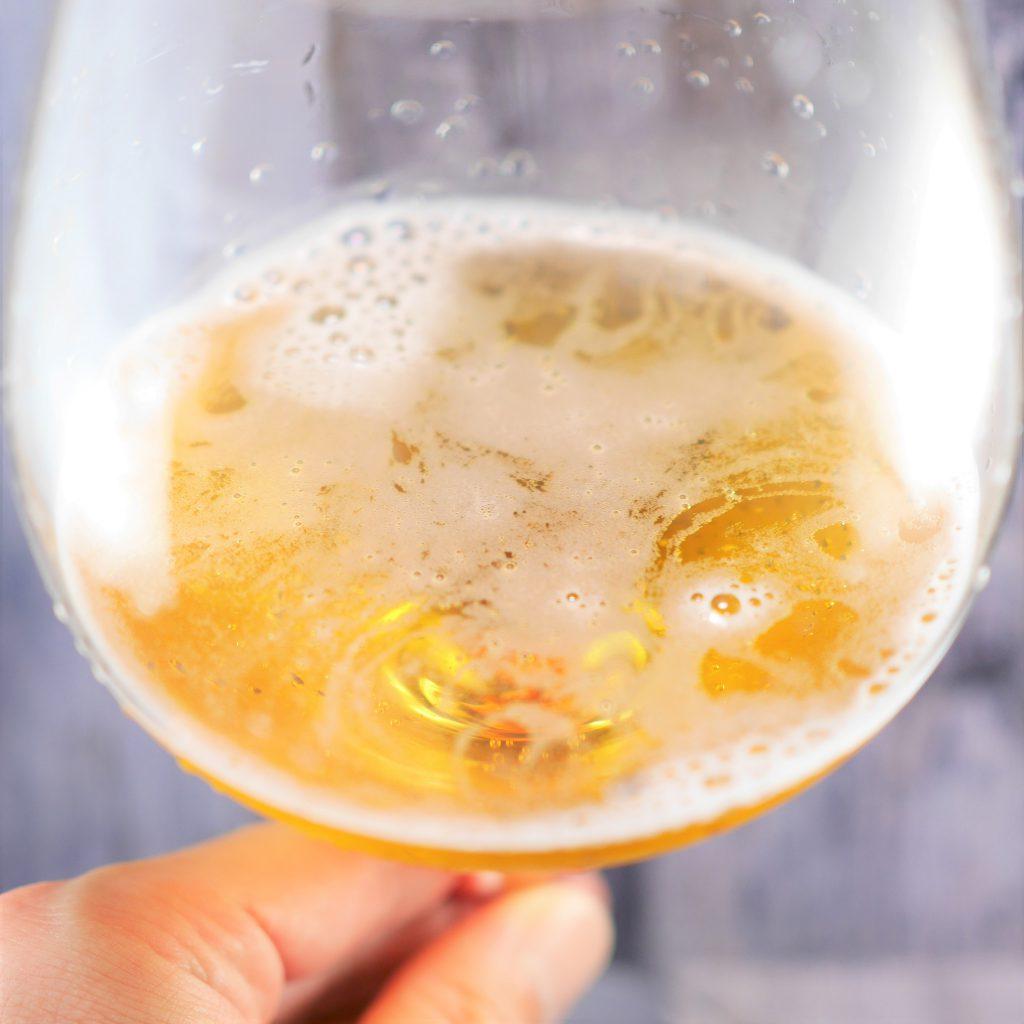 キリン一番搾り超芳醇を注いだグラス傾き1