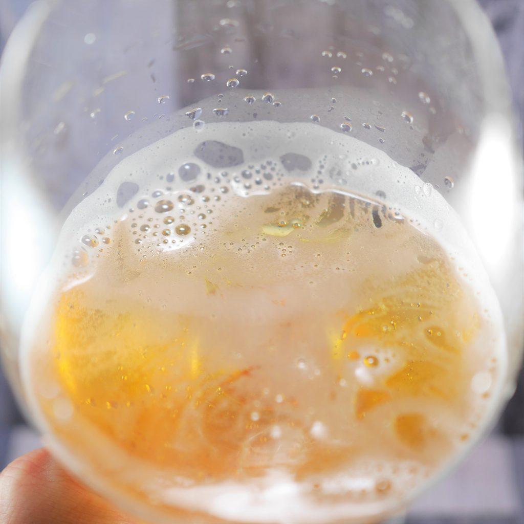 キリン一番搾り超芳醇を注いだグラス傾き2