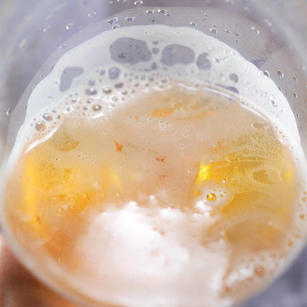 キリン一番搾り超芳醇を注いだグラス傾き3