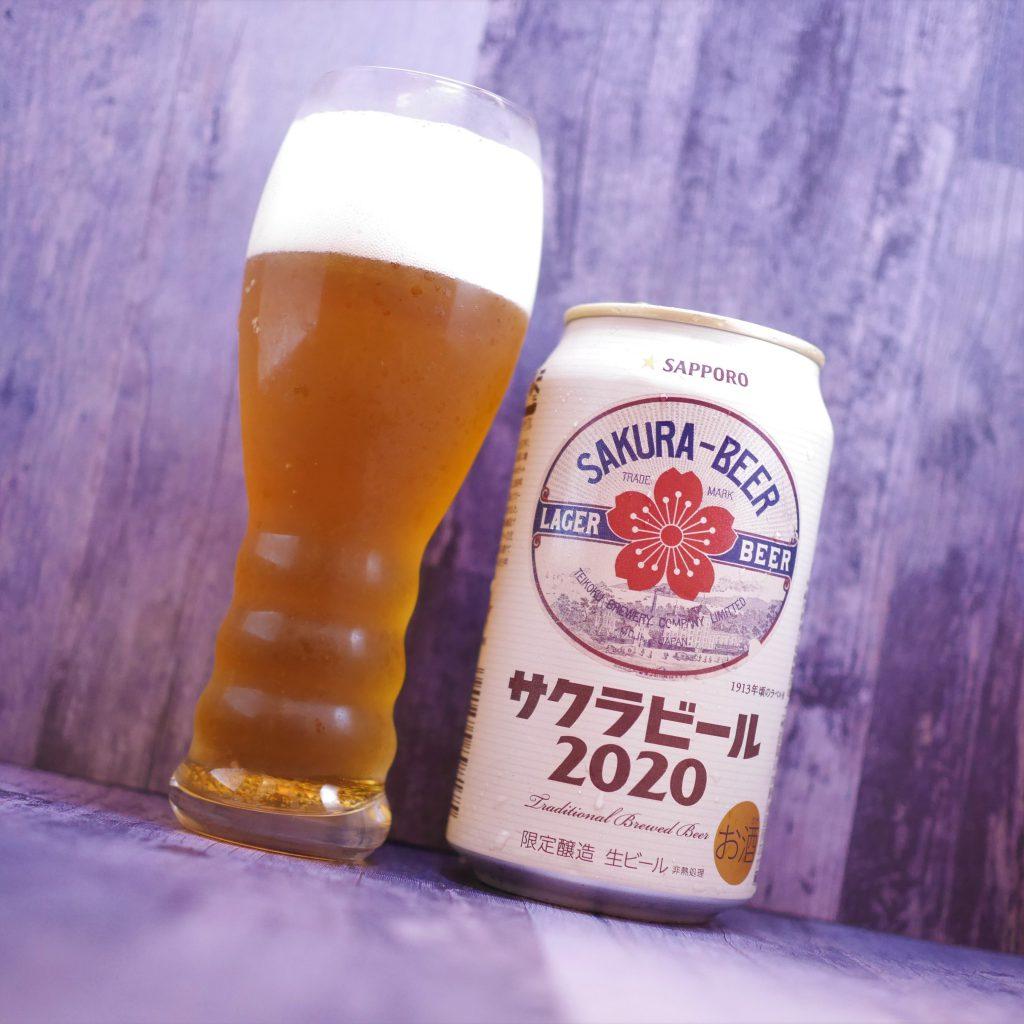 サクラビール2020を注いだグラスと缶斜め