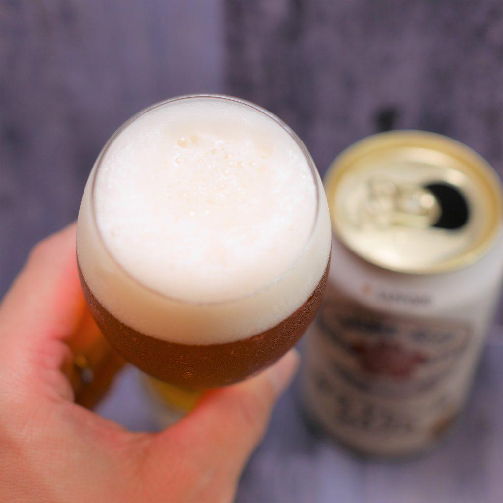 サクラビール2020を注いだグラス傾き2