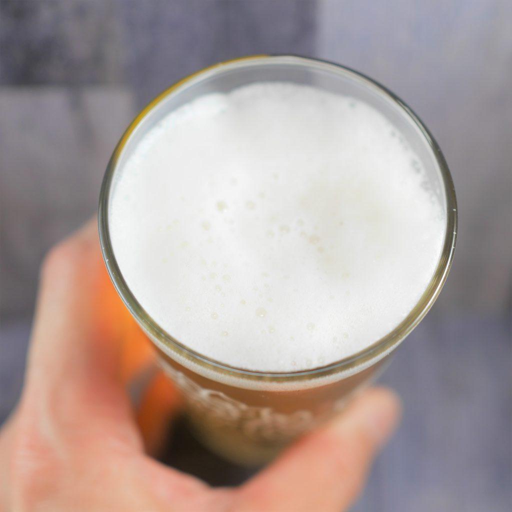 シンハービールを注いだグラス傾き2