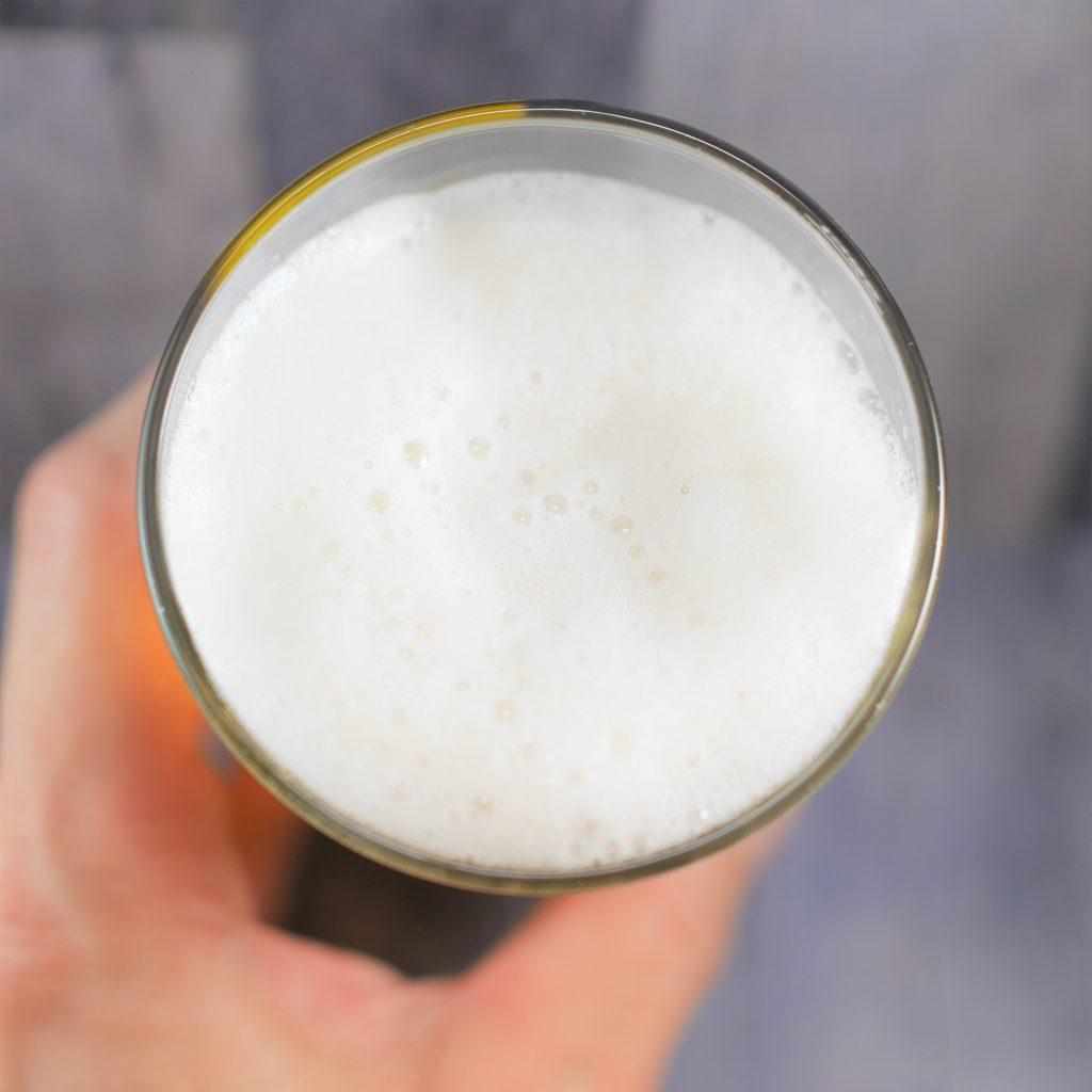 シンハービールを注いだグラス傾き3