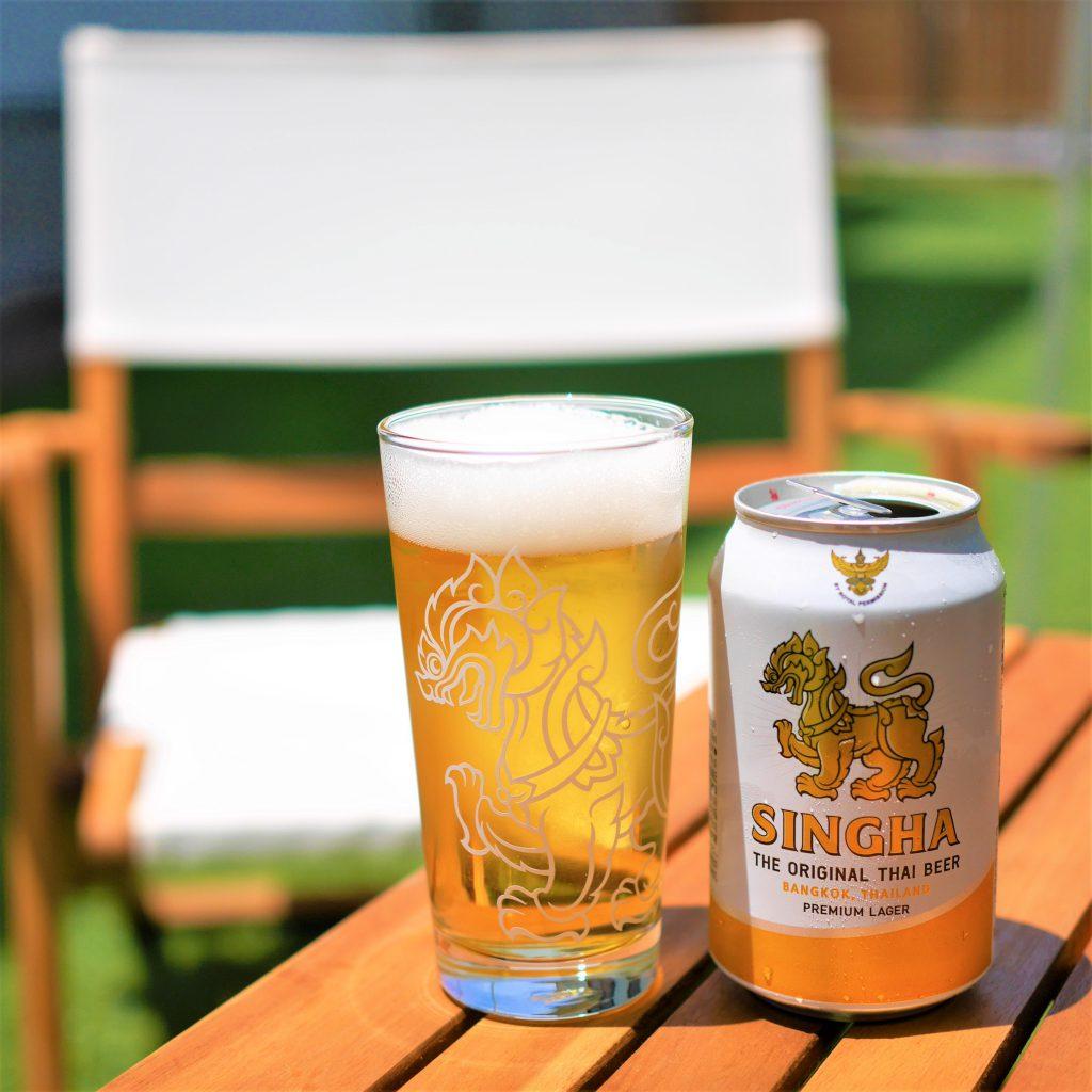 シンハービールを芝生で