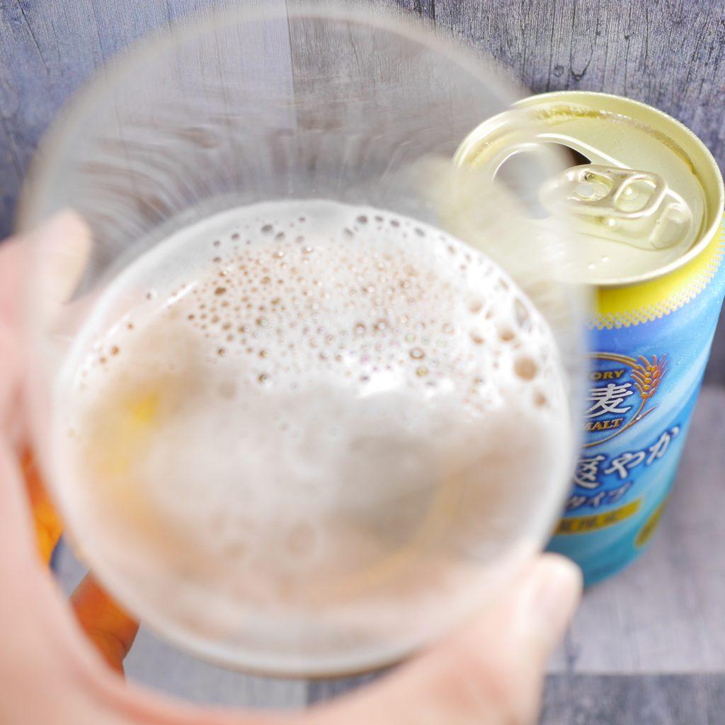 金麦〈香り爽やか〉を注いだグラス傾き2