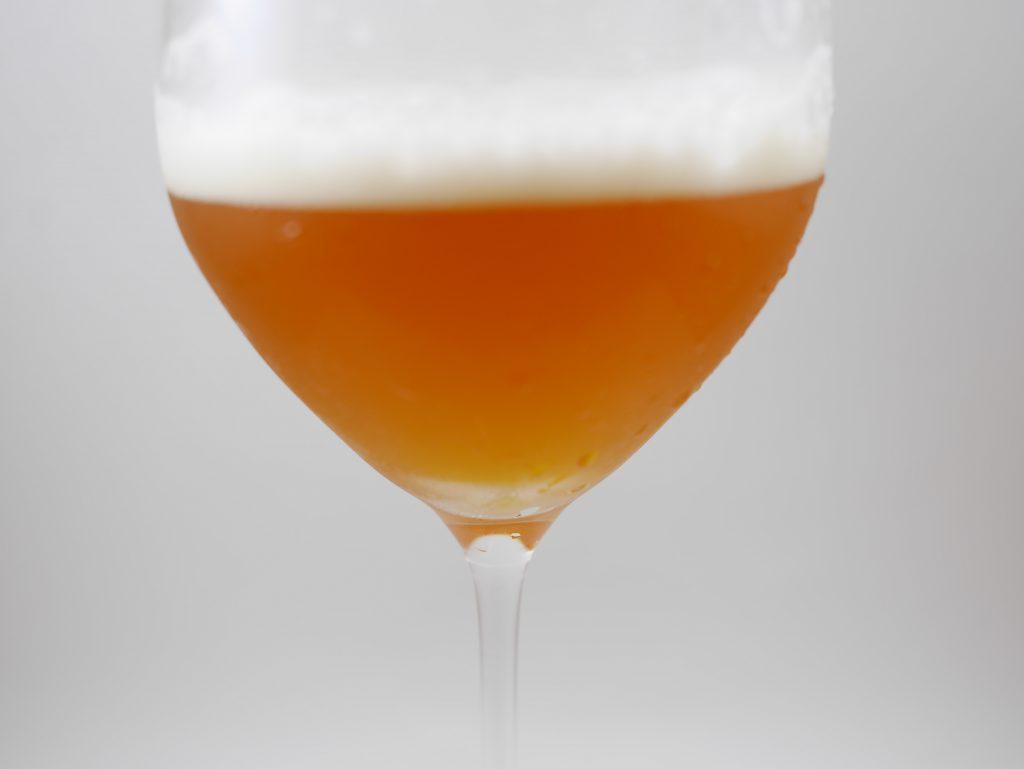 よなよなエールを注いだグラスを拡大し、色合いと泡を確認