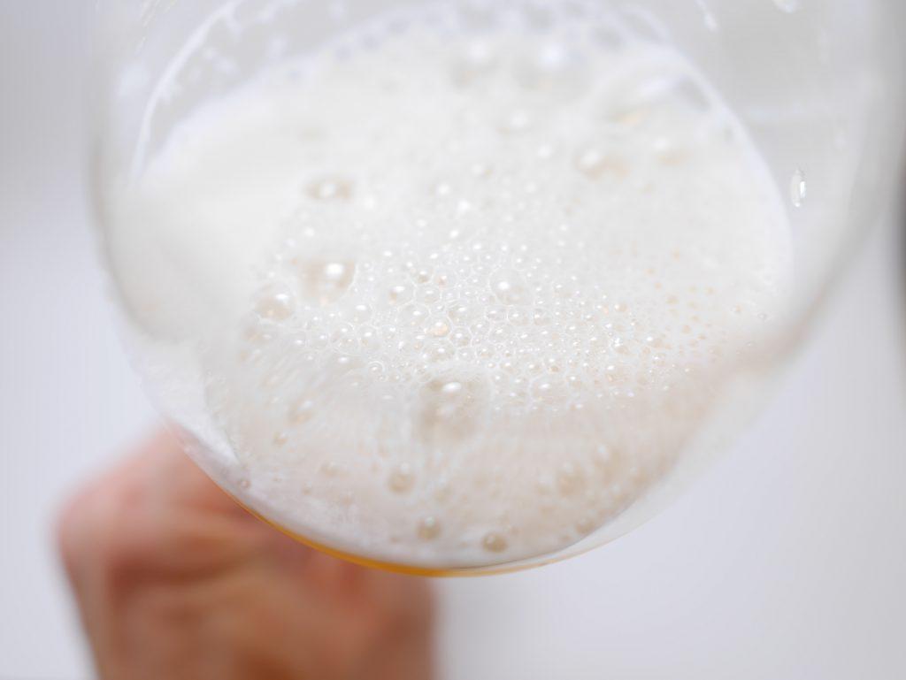 アサヒ ザ・リッチをグラスに注いだ見た目 傾き大