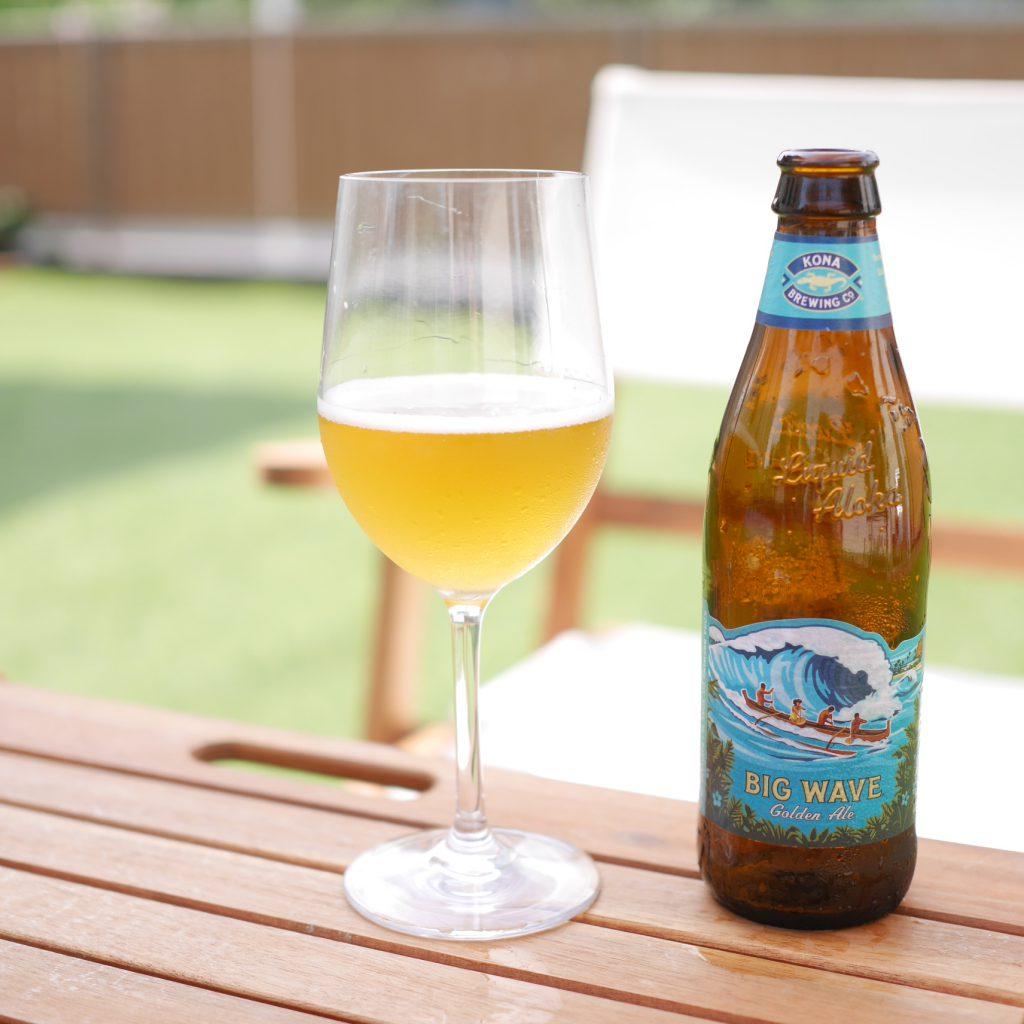 BIG_WAVE_Golden_Aleを注いだグラスと瓶を屋外で