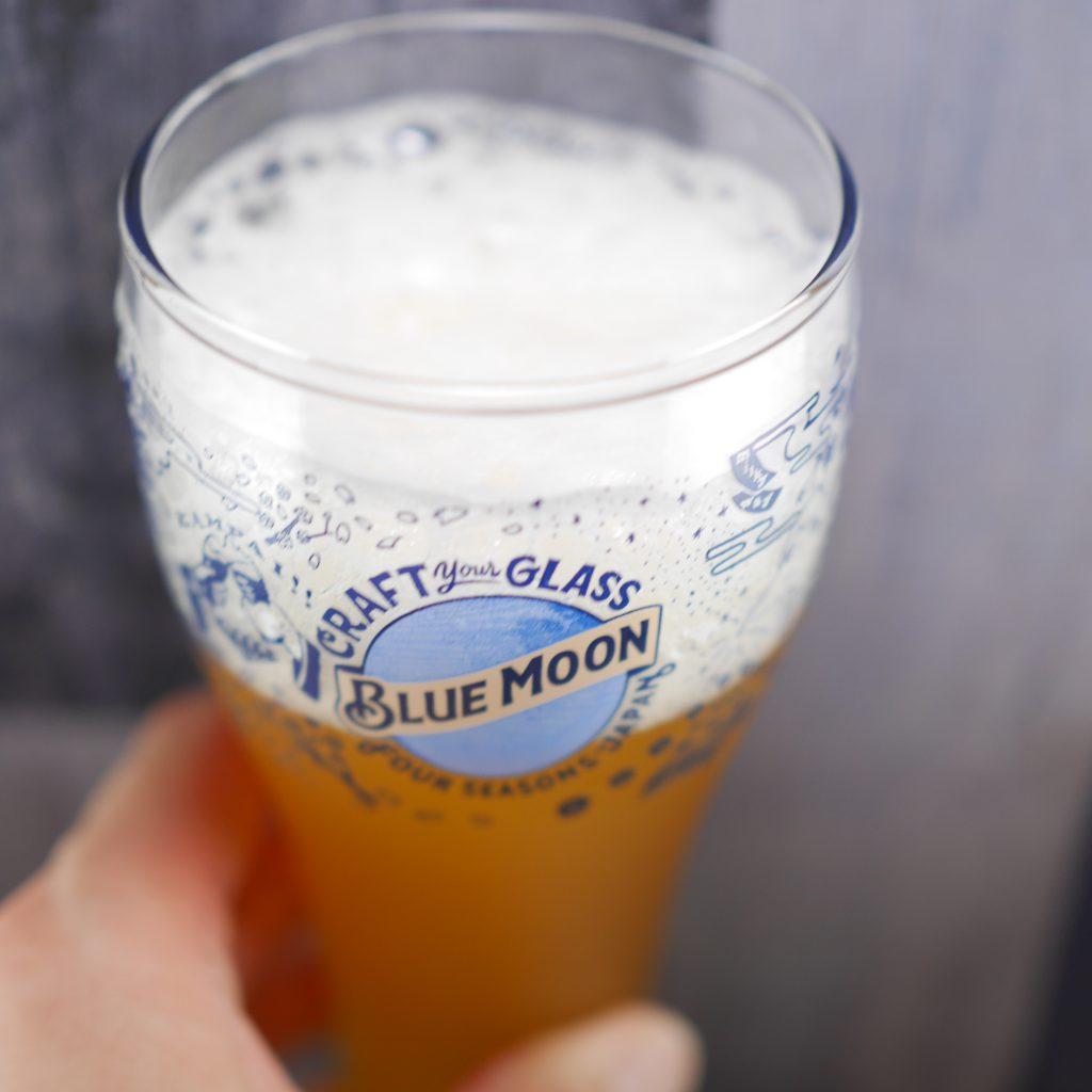 BLUEMOONを注いだグラス傾き1