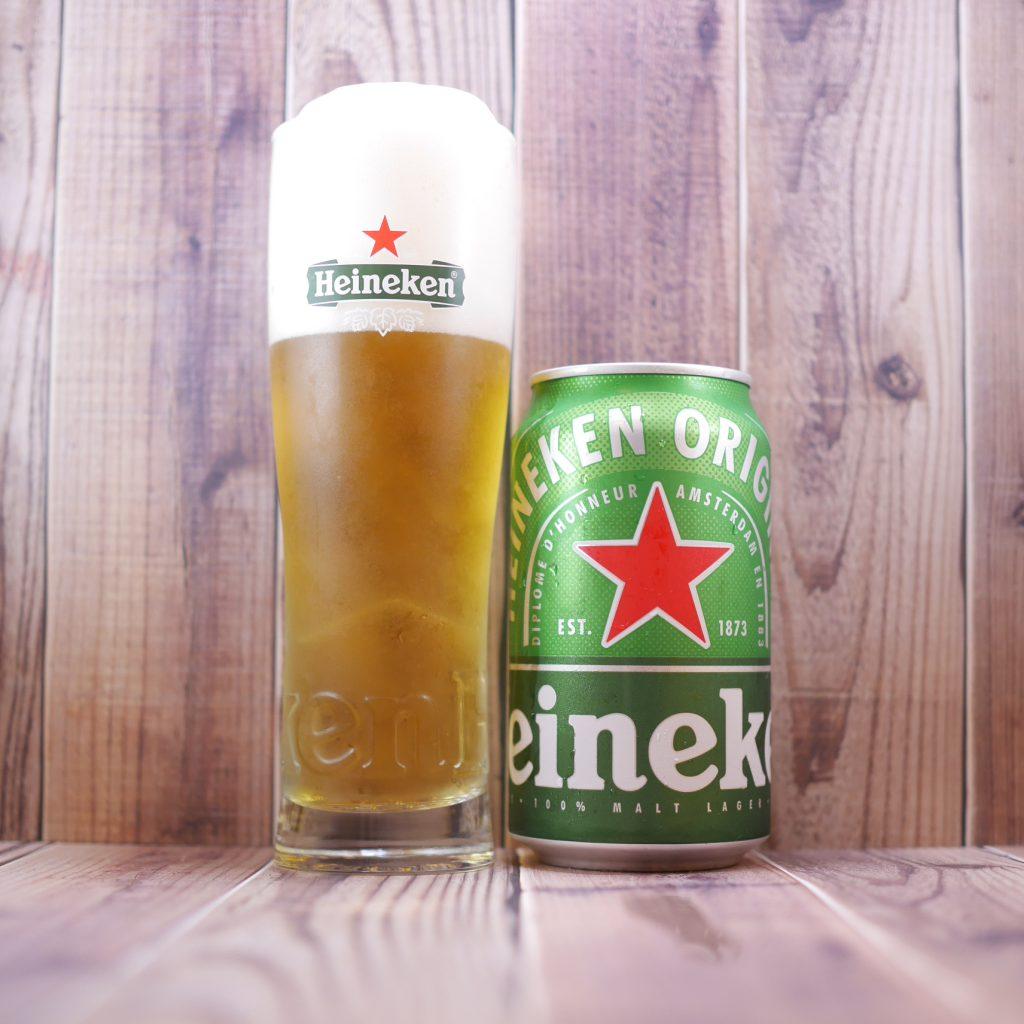 Heinekenを注いだグラスと缶