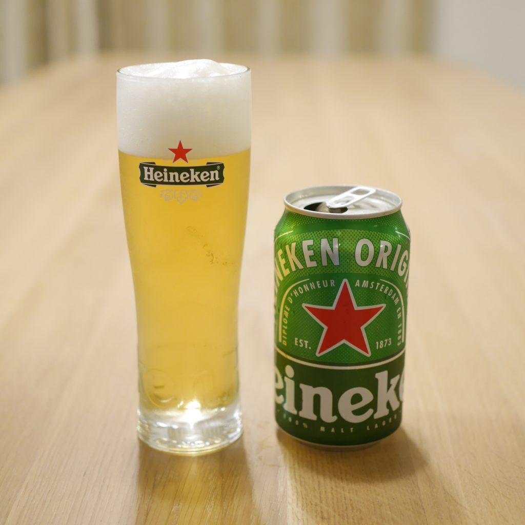 Heinekenを注いだグラスと缶_机の上