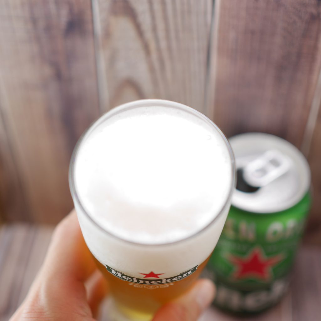 Heinekenを注いだグラス傾き2
