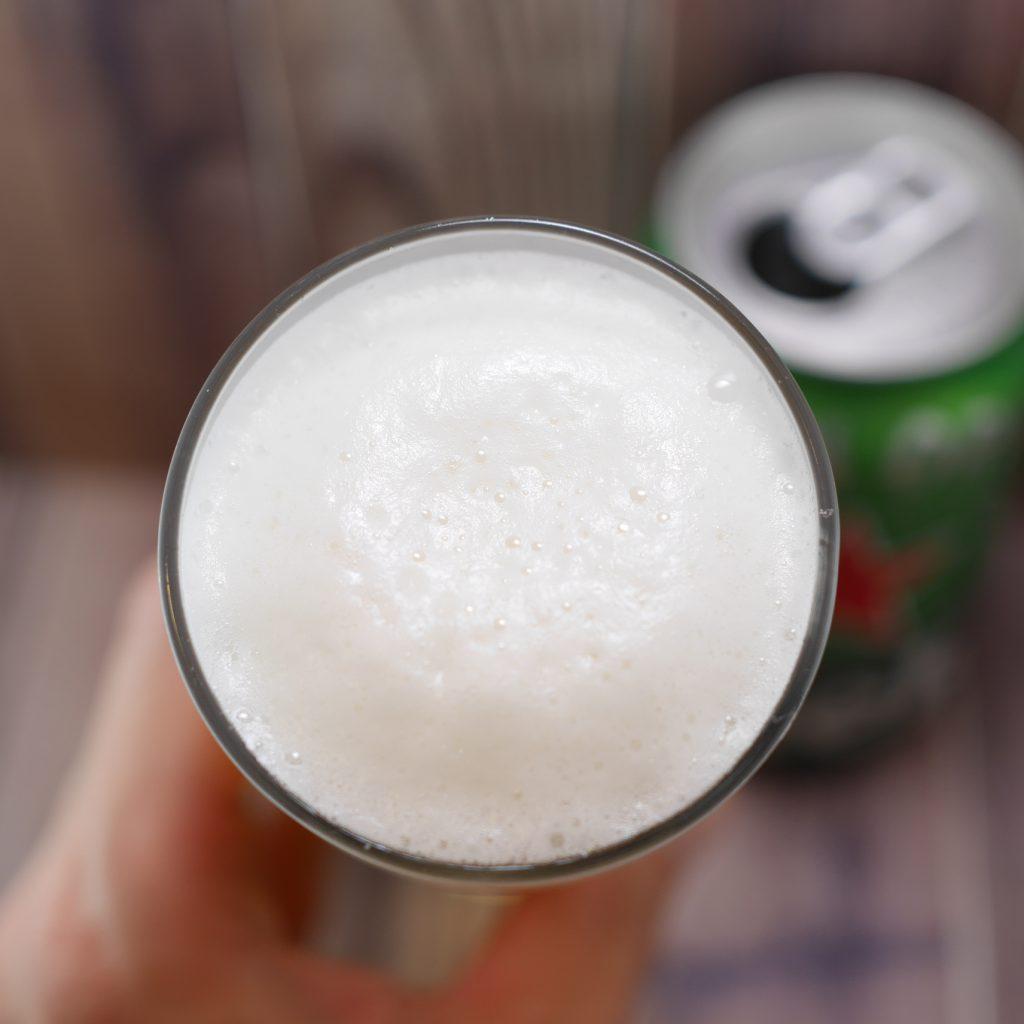 Heinekenを注いだグラス傾き3