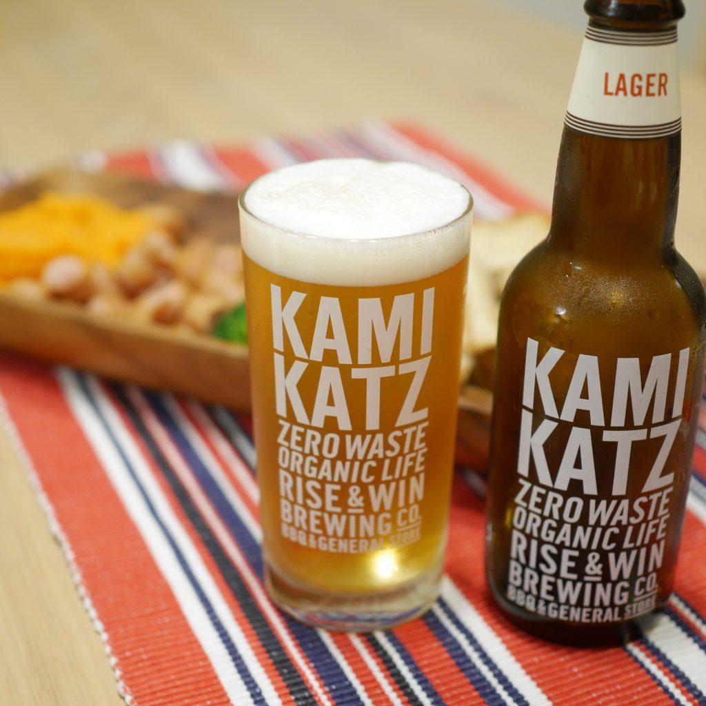 KAMIKATZ_LAGERを注いだグラスと瓶と料理